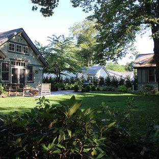 Idee per un patio o portico stile americano di medie dimensioni e davanti casa con pavimentazioni in mattoni e nessuna copertura