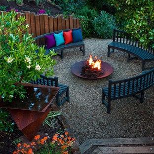 Immagine di un grande patio o portico design dietro casa con ghiaia