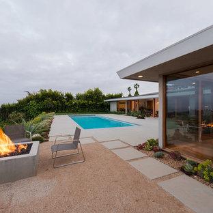 Immagine di un patio o portico moderno di medie dimensioni e dietro casa con un focolare, graniglia di granito e nessuna copertura
