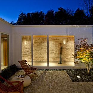 Foto di un patio o portico moderno in cortile con pavimentazioni in mattoni e nessuna copertura