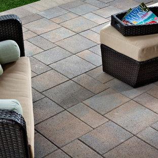 Esempio di un grande patio o portico minimalista dietro casa con un focolare, pavimentazioni in pietra naturale e nessuna copertura