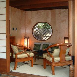 Esempio di un patio o portico etnico di medie dimensioni e dietro casa con un gazebo o capanno