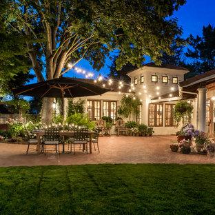 Удачное сочетание для дизайна помещения: большой дворик в средиземноморском стиле с мощением клинкерной брусчаткой без защиты от солнца - самое интересное для вас
