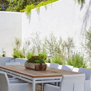 Modelo de patio tradicional renovado, sin cubierta, con gravilla