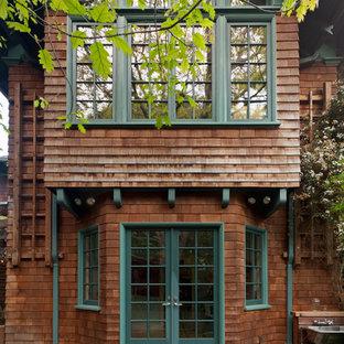 На фото: пергола во дворе частного дома на заднем дворе в стиле кантри с настилом с