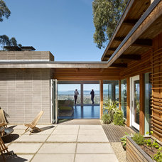Midcentury Exterior by yamamar design