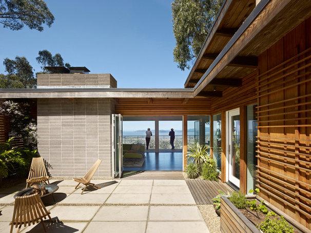 Midcentury Exterior by yamamar design
