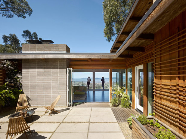 Midcentury Patio by yamamar design