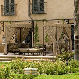 Idee per un ampio patio o portico classico nel cortile laterale con fontane