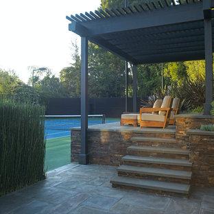 Ispirazione per un patio o portico tropicale