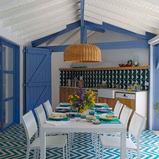 Foto di un patio o portico stile marinaro dietro casa e di medie dimensioni con piastrelle e un tetto a sbalzo