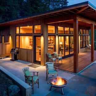 Idéer för en mellanstor rustik uteplats på baksidan av huset, med en öppen spis, kakelplattor och takförlängning