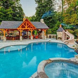Esempio di un ampio patio o portico stile rurale dietro casa con pavimentazioni in pietra naturale