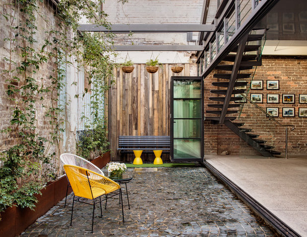 Industrial  Patio by casafabrica