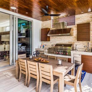 マイアミの小さいコンテンポラリースタイルのおしゃれなテラス・中庭 (アウトドアキッチン、張り出し屋根) の写真