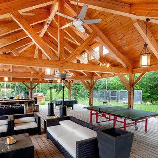 Foto di un patio o portico chic di medie dimensioni e dietro casa con pedane e un gazebo o capanno