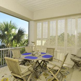 Esempio di un patio o portico classico di medie dimensioni e nel cortile laterale con pavimentazioni in mattoni e un tetto a sbalzo