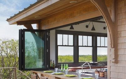 An Indoor-Outdoor Serving Bar Opens the Possibilities