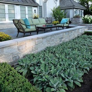 Esempio di un grande patio o portico tradizionale dietro casa con pavimentazioni in pietra naturale e nessuna copertura