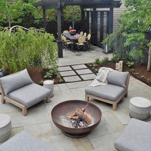 Diseño de patio contemporáneo, pequeño, en patio trasero, con brasero, adoquines de piedra natural y pérgola