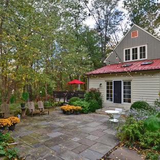Immagine di un patio o portico country di medie dimensioni e dietro casa con pavimentazioni in cemento e nessuna copertura