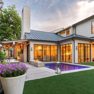 Esempio di un grande patio o portico chic dietro casa con pedane, un parasole e un focolare