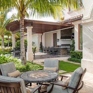 Esempio di un ampio patio o portico eclettico dietro casa con pavimentazioni in pietra naturale