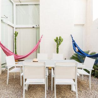 Diseño de patio mediterráneo, en patio, con jardín de macetas y gravilla