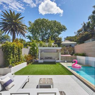 Immagine di un patio o portico contemporaneo dietro casa con nessuna copertura