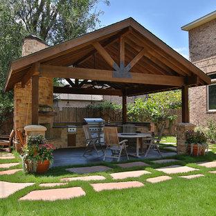 Immagine di un grande patio o portico rustico dietro casa con pavimentazioni in cemento e un gazebo o capanno