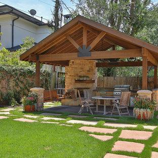 Пример оригинального дизайна: большая беседка во дворе частного дома на заднем дворе в стиле рустика с летней кухней и мощением тротуарной плиткой
