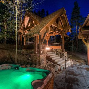 Idee per un patio o portico stile americano di medie dimensioni e dietro casa con un focolare, cemento stampato e un gazebo o capanno