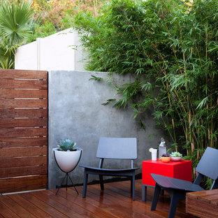 Esempio di un patio o portico chic in cortile con pedane e nessuna copertura