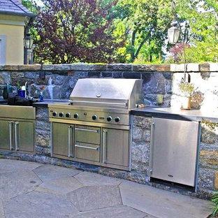 Foto di un patio o portico american style di medie dimensioni e dietro casa con pavimentazioni in pietra naturale e nessuna copertura