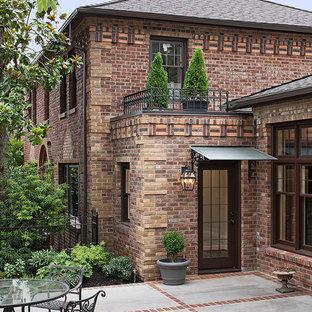 Esempio di un patio o portico classico di medie dimensioni e nel cortile laterale con lastre di cemento e nessuna copertura