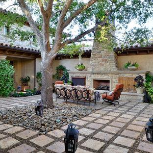 Unbedeckter, Geräumiger Mediterraner Patio hinter dem Haus mit Natursteinplatten und Kamin in San Diego