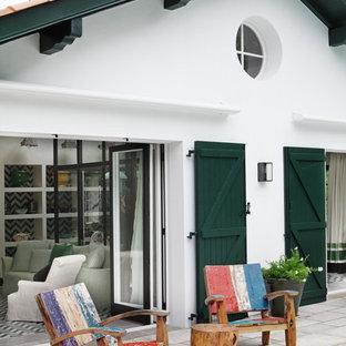 Aménagement d'une terrasse avec des plantes en pots arrière méditerranéenne de taille moyenne.