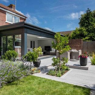 Idee per un piccolo patio o portico design dietro casa con pedane e nessuna copertura