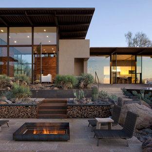 Immagine di un patio o portico american style con un focolare