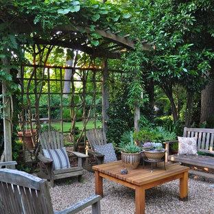 Esempio di un patio o portico chic con ghiaia e nessuna copertura