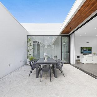 Immagine di un patio o portico minimalista di medie dimensioni e in cortile