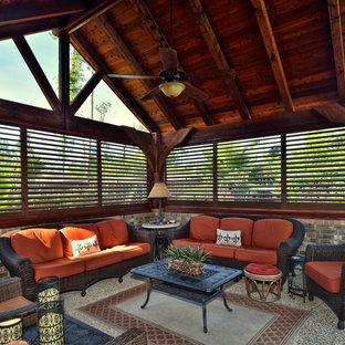 Esempio di un ampio patio o portico etnico dietro casa con pavimentazioni in pietra naturale e un tetto a sbalzo