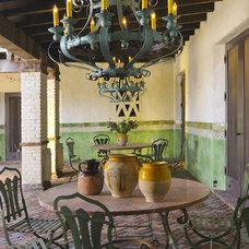 Traditional Patio by Bernardo Grijalva Photography