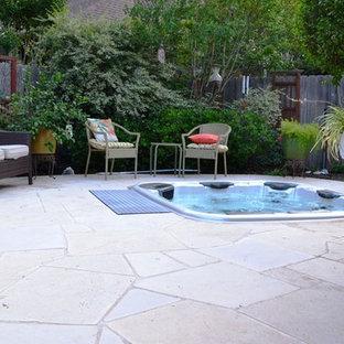 Idee per un grande patio o portico american style dietro casa con fontane e nessuna copertura