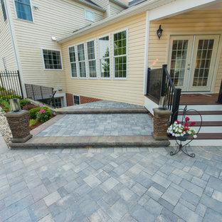 Immagine di un ampio patio o portico dietro casa con fontane, pavimentazioni in cemento e un gazebo o capanno