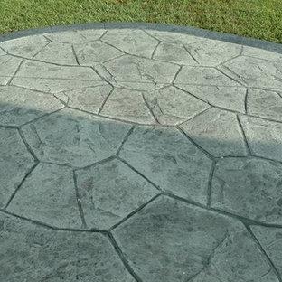 Ispirazione per un grande patio o portico tradizionale dietro casa con un focolare, cemento stampato e nessuna copertura