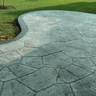 Diseño de patio clásico, grande, sin cubierta, en patio trasero, con brasero y suelo de hormigón estampado