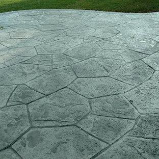 Idee per un grande patio o portico tradizionale dietro casa con un focolare, cemento stampato e nessuna copertura