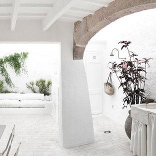 Imagen de patio mediterráneo, de tamaño medio, en patio y anexo de casas, con jardín de macetas