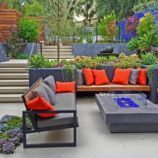 Imagen de patio contemporáneo, pequeño, en patio delantero, con adoquines de piedra natural